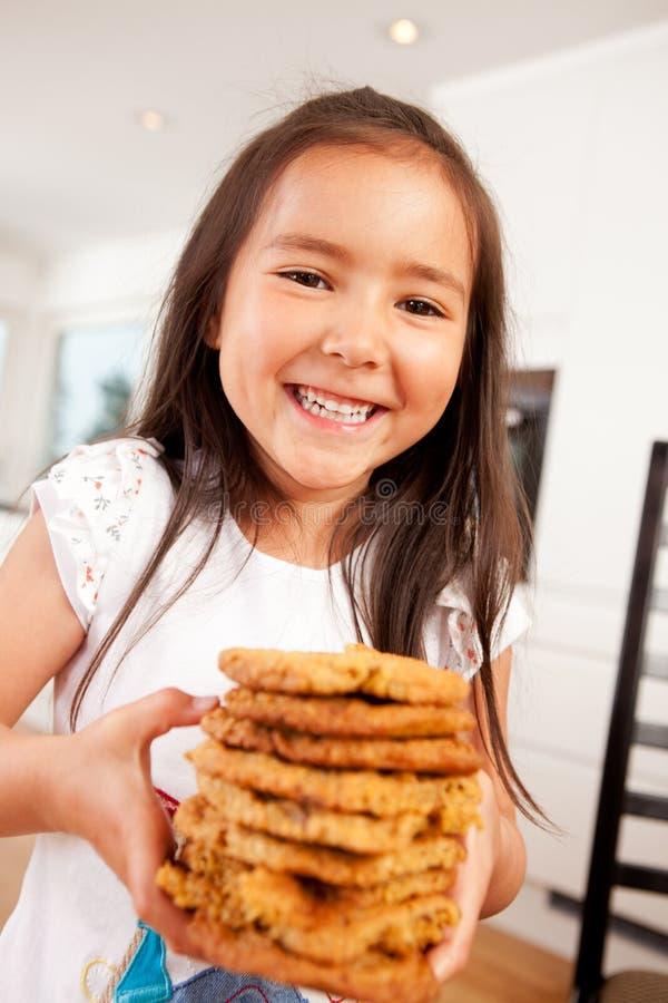 Biscuits mignons heureux de fixation de fille images stock