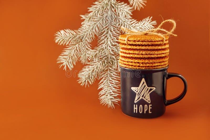 Biscuits néerlandais de fond de stroopwafel de gaufre autour de jaune blanc bleu d'arbre de Noël d'étoile d'espoir de thé de café photos libres de droits