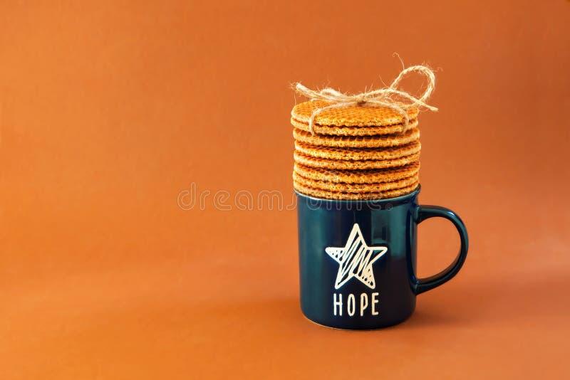 Biscuits néerlandais de fond de stroopwafel de gaufre autour de l'étoile bleue d'espoir de thé de café de tasse de pâtisseries br photo stock