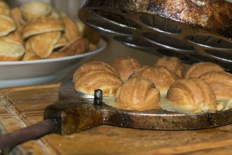 Biscuits nuts avec du lait condensé dans un plat de cuisson photo stock