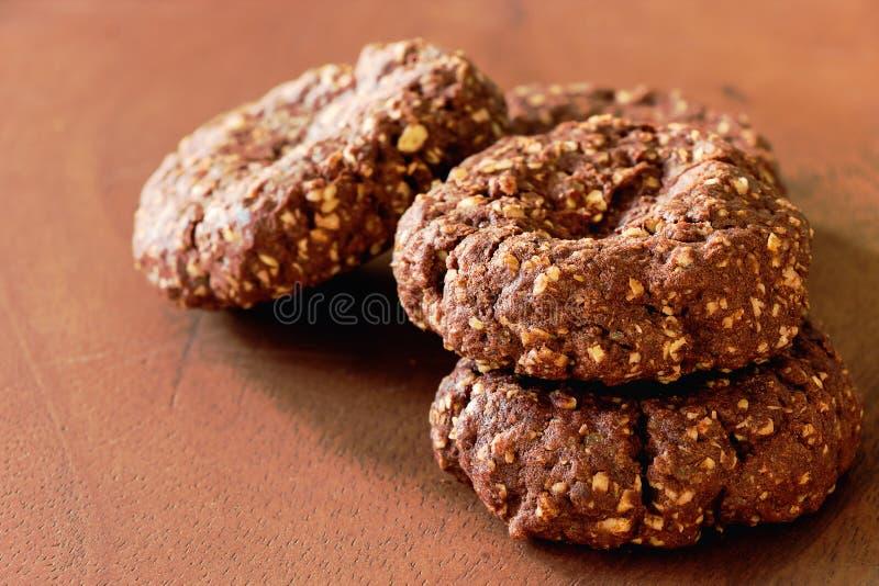 Biscuits nuts d'avoine de chocolat fait maison sur le fond en bois Foyer sélectif Copiez l'espace images libres de droits