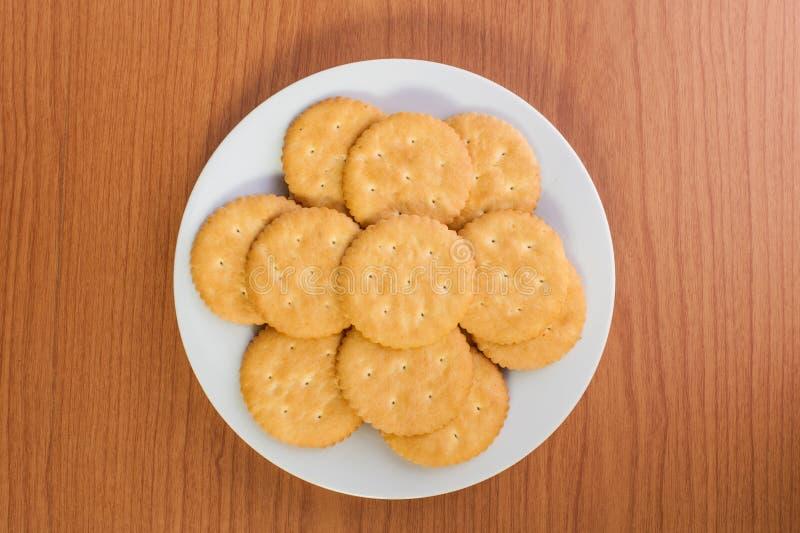 Biscuits ou biscuits sur en bois photographie stock libre de droits