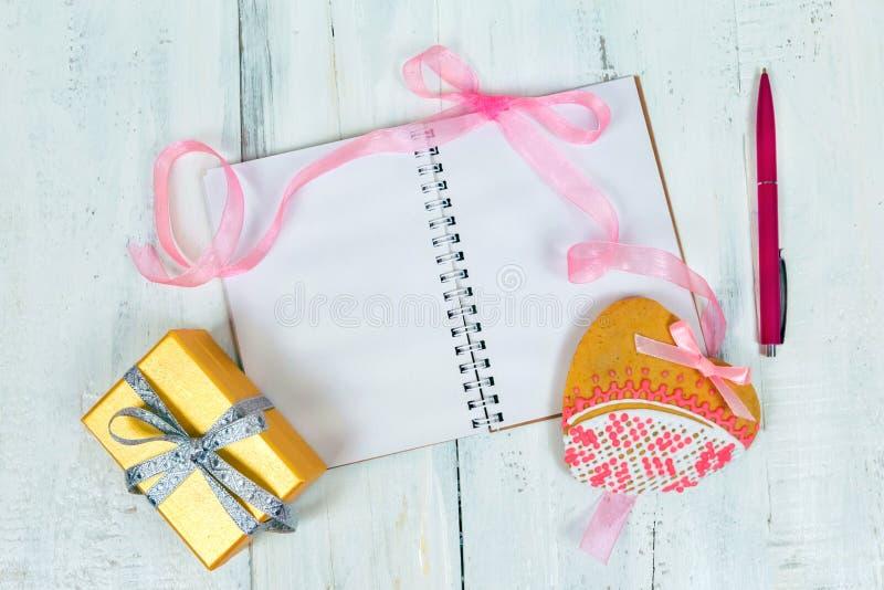 Biscuits pour le jour, les livres et les boîte-cadeau du ` s de Valentine photos libres de droits
