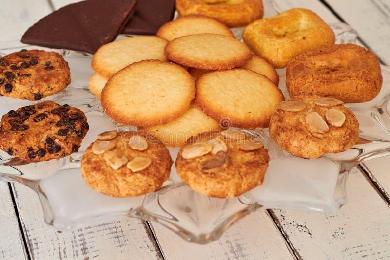 Biscuits pris du four sur une table image stock