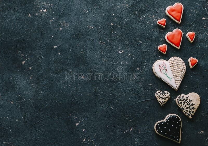 Biscuits rouges de coeur photographie stock