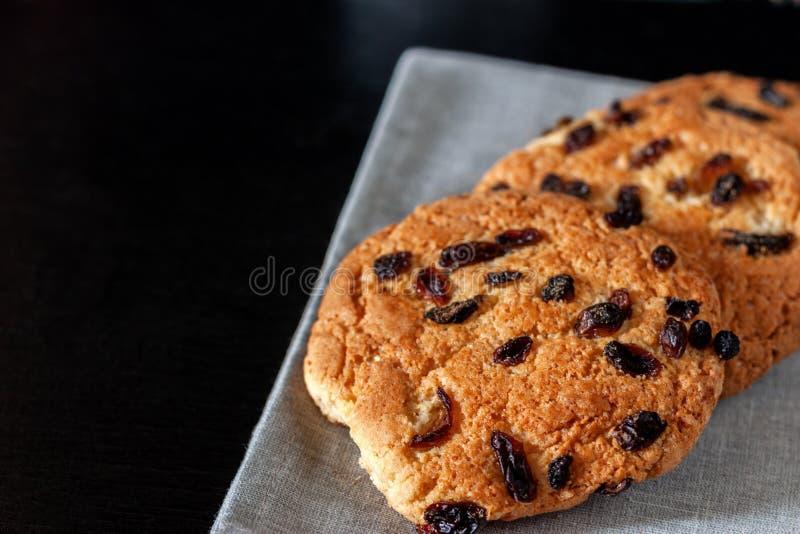 Biscuits sablés avec des raisins secs pour le thé se trouvant sur la table images libres de droits