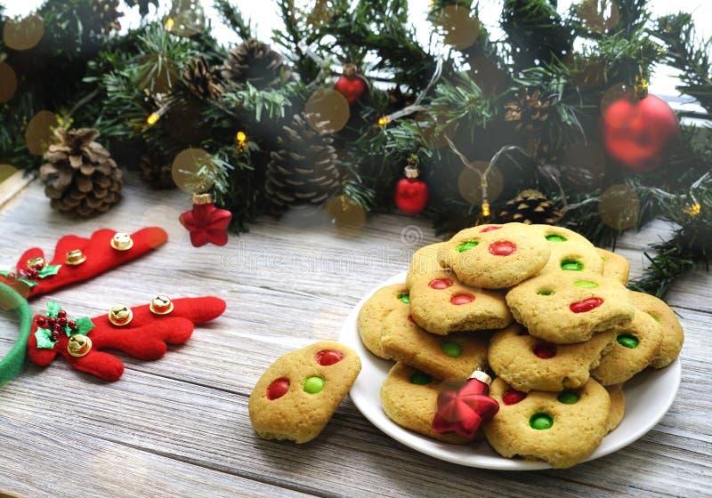 Biscuits sablés avec les puces colorées multi de sucrerie et de chocolat, servies avec le verre de lait, format carré photo libre de droits