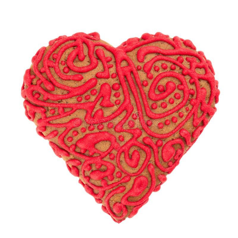 Biscuits sablés de la pâte sous forme de coeur, décoré du glaçage rouge photo libre de droits