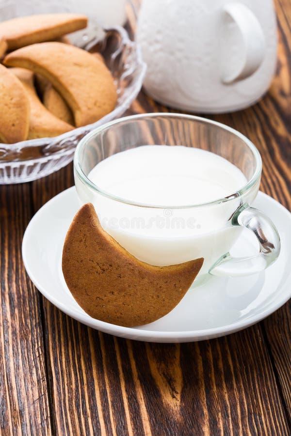 Biscuits sablés et tasse de lait image stock