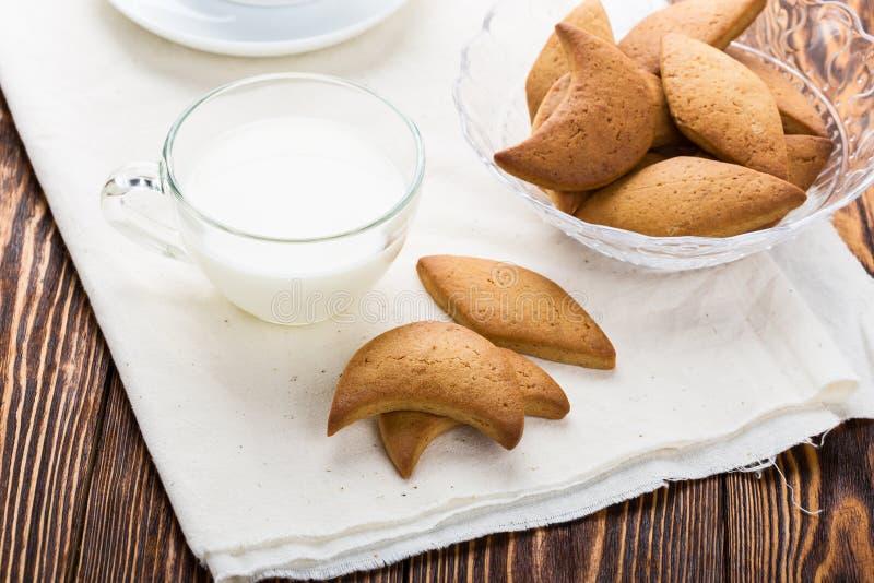 Biscuits sablés et tasse de lait photographie stock