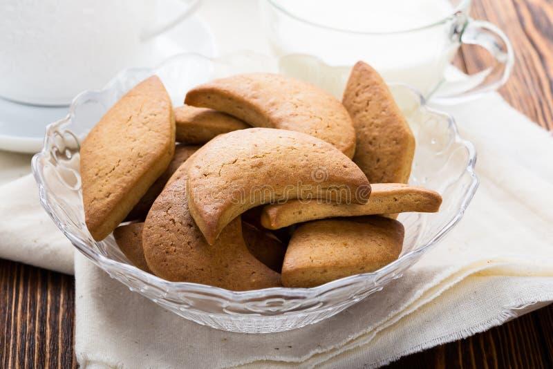 Biscuits sablés et tasse de lait images stock
