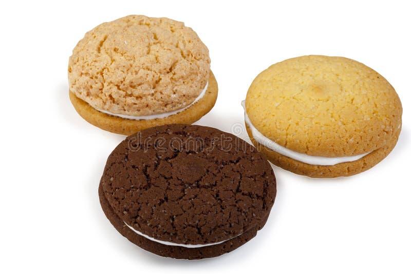 Biscuits sablés ronds multicolores avec de la crème image libre de droits