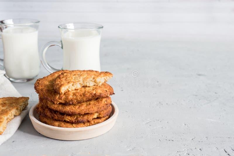 Biscuits sains frais de lait et de farine d'avoine avec des céréales sur le fond concret gris Copiez l'espace image libre de droits