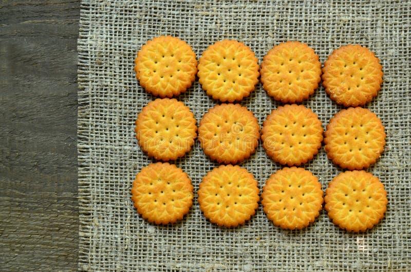 Biscuits salés délicieux ronds de biscuits sur un fond de tissu de toile de jute Cuisson croustillante Concept classique de casse photo libre de droits