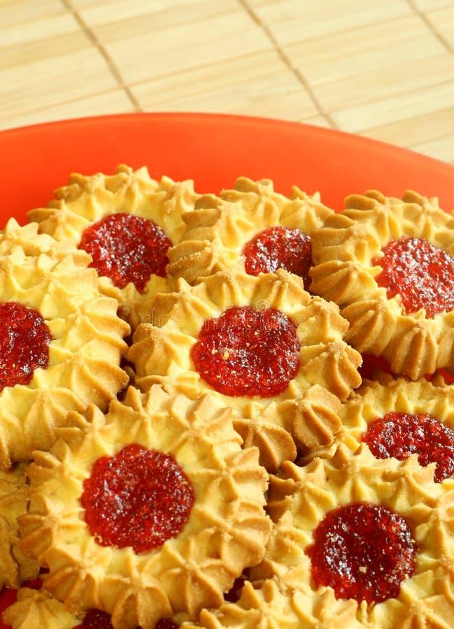 Biscuits savoureux avec la gelée de fraise photographie stock libre de droits