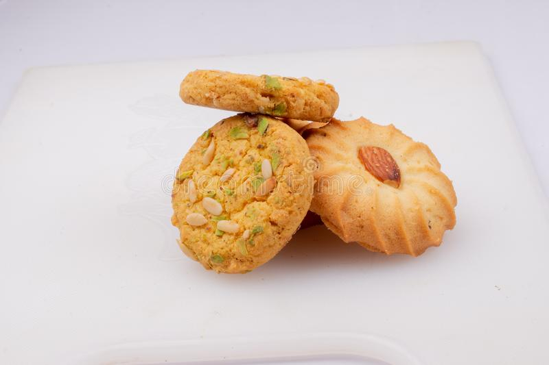 Biscuits secs cuits au four de fruit réglés sur le plateau blanc photo stock
