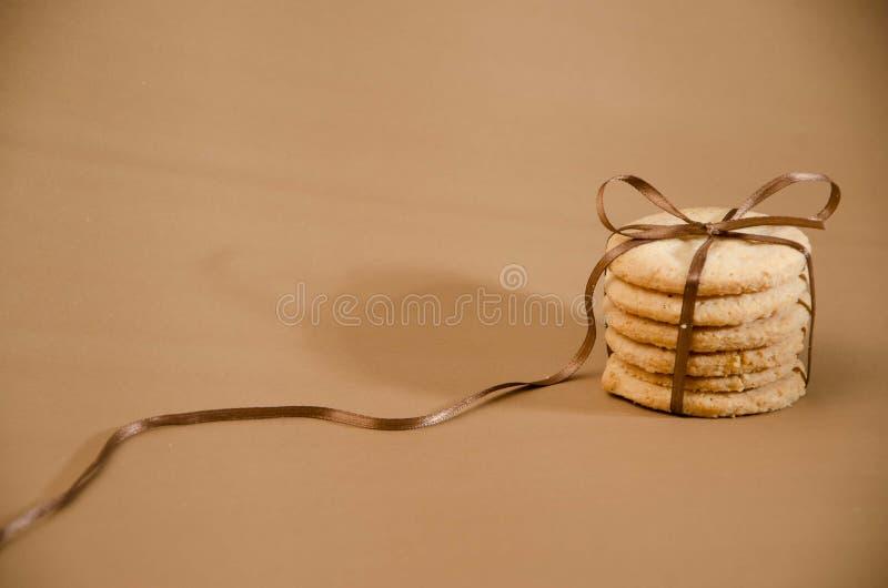 Biscuits simples avec le ruban de cadeau images stock