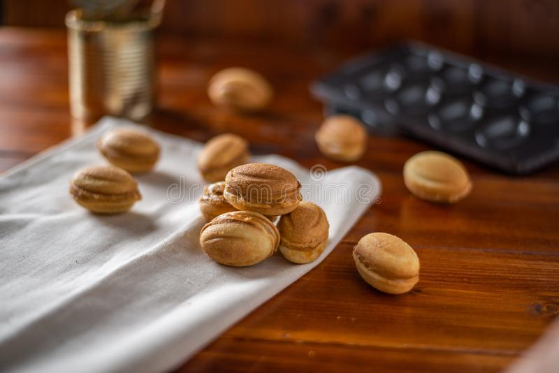 Biscuits sous forme d'écrou avec du lait condensé bouilli photographie stock libre de droits