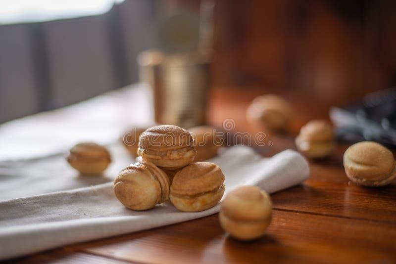 Biscuits sous forme d'écrou avec du lait condensé bouilli photos libres de droits