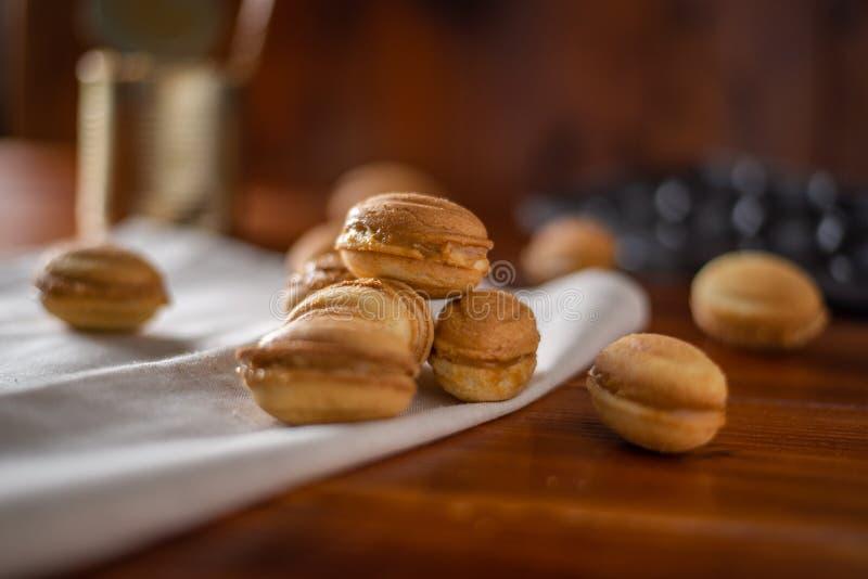 Biscuits sous forme d'écrou avec du lait condensé bouilli photographie stock