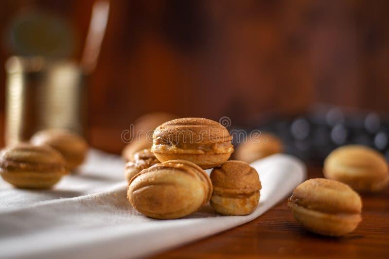 Biscuits sous forme d'écrou avec du lait condensé bouilli image stock