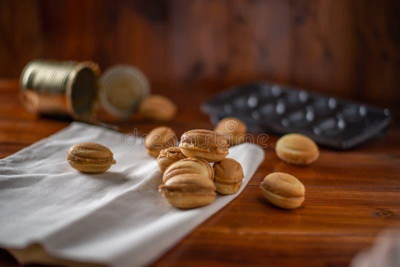 Biscuits sous forme d'écrou avec du lait condensé bouilli images stock
