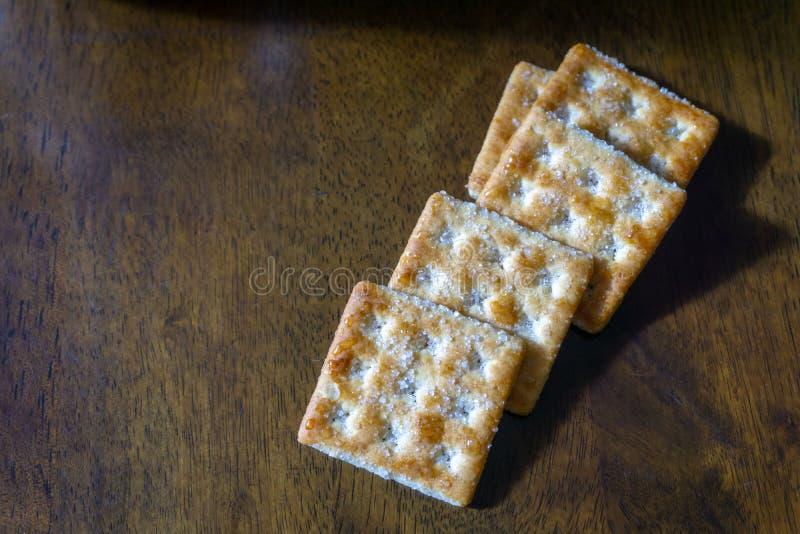 Biscuits sur le fond en bois images libres de droits