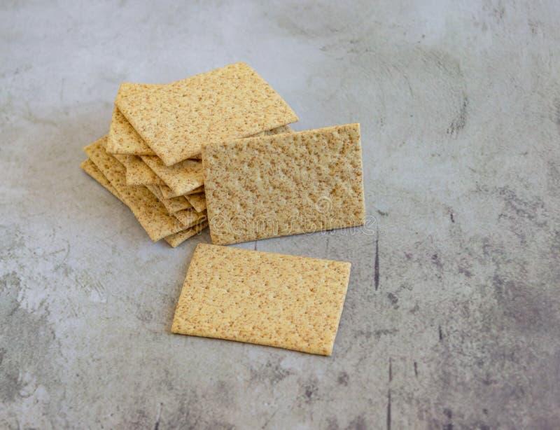 Biscuits sur un plan de travail gris photo stock