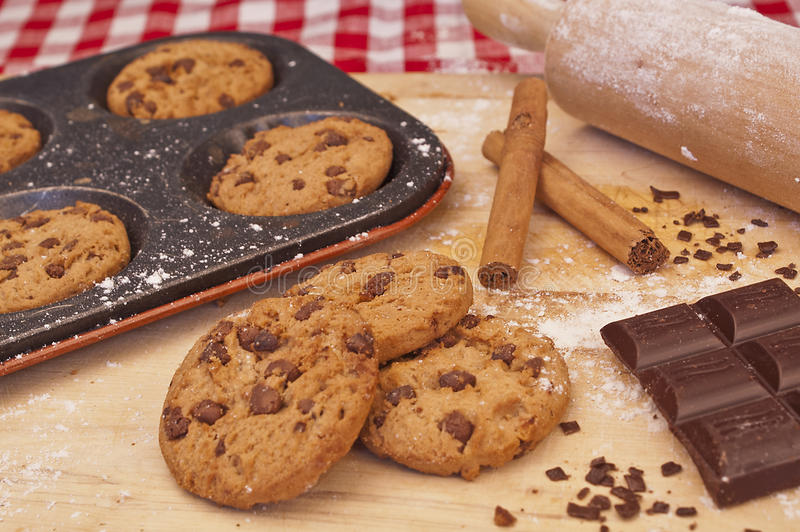 Biscuits sur un plateau de cuisson images libres de droits