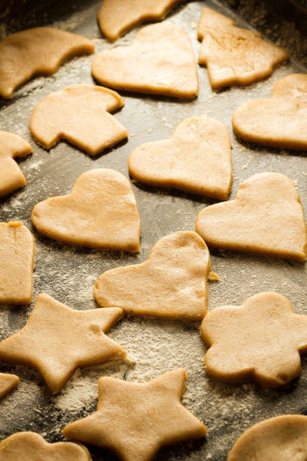 Biscuits sur un plateau de traitement au four images stock