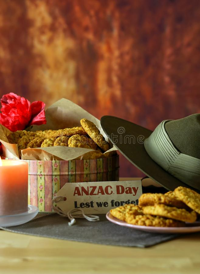 Biscuits traditionnels d'ANZAC avec le chapeau de Slouch australien d'armée avec l'espace de copie images stock