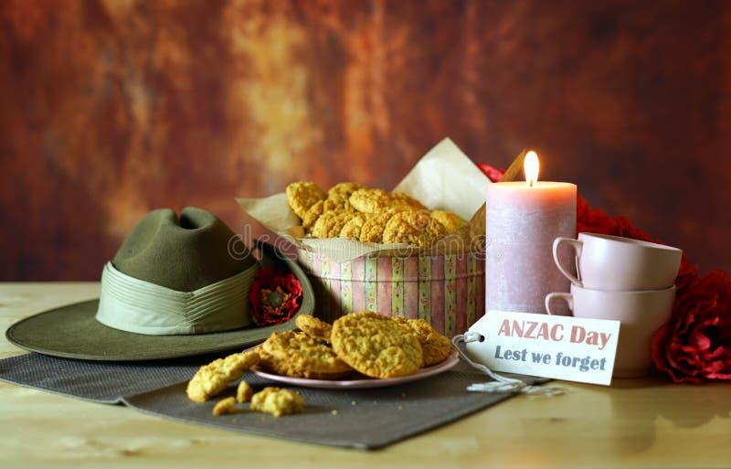 Biscuits traditionnels d'ANZAC avec le chapeau de Slouch australien d'armée avec l'espace de copie photo libre de droits