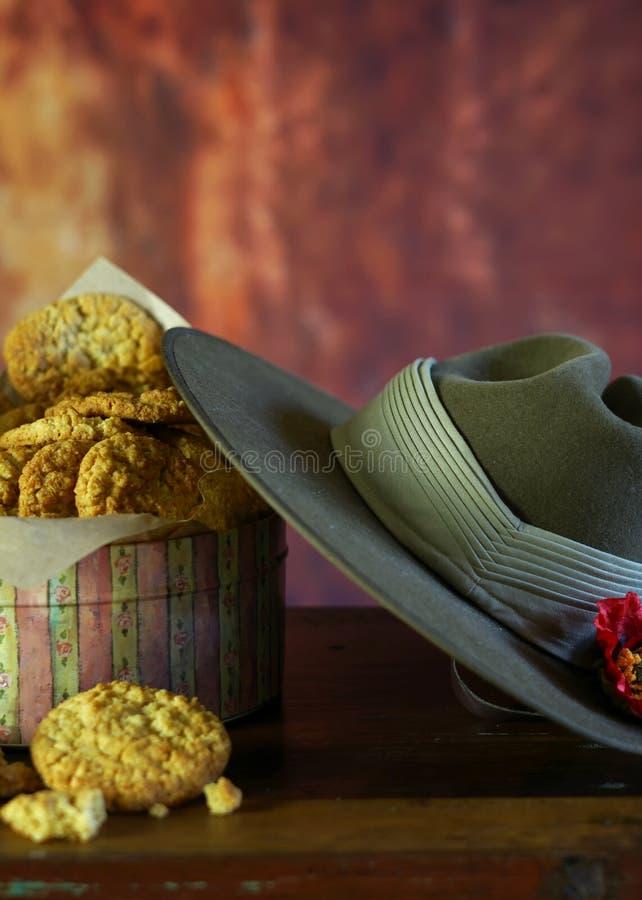 Biscuits traditionnels d'ANZAC avec le chapeau de Slouch australien d'armée avec l'espace de copie images libres de droits