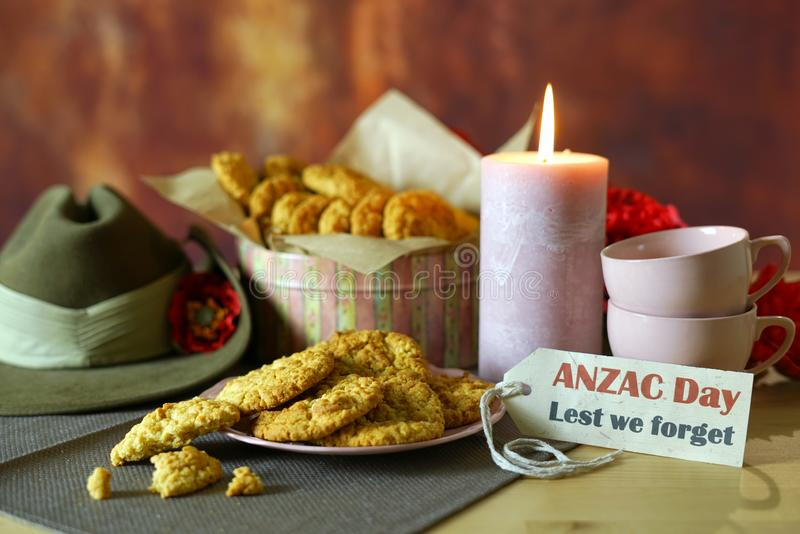 Biscuits traditionnels d'ANZAC dans l'arrangement de cru avec le chapeau de Slouch australien d'armée photo stock