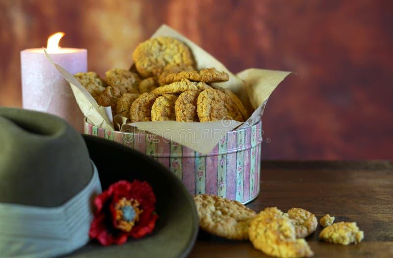 Biscuits traditionnels d'ANZAC dans l'arrangement de cru avec le chapeau de Slouch australien d'armée photo libre de droits