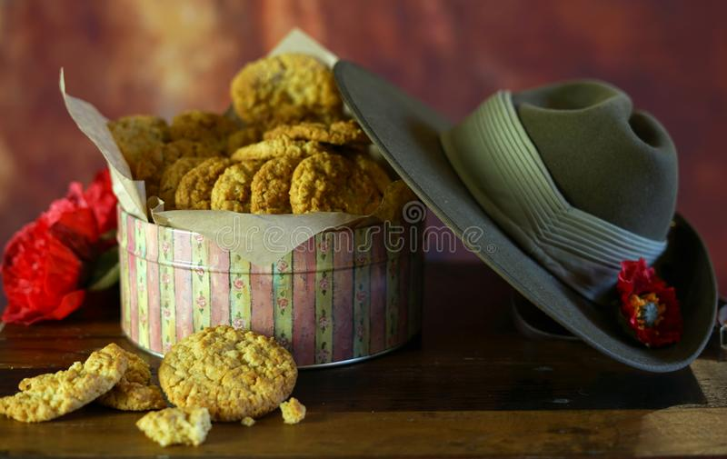 Biscuits traditionnels d'ANZAC dans l'arrangement de cru avec le chapeau de Slouch australien d'armée image libre de droits
