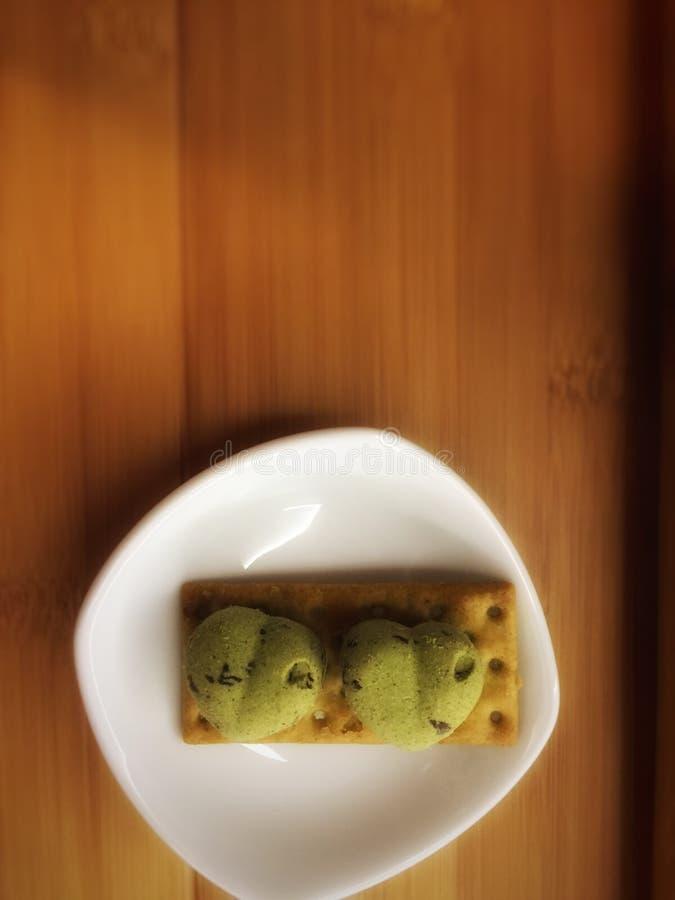 Biscuits verts avec la forme d'amour ainsi que le biscuit images stock