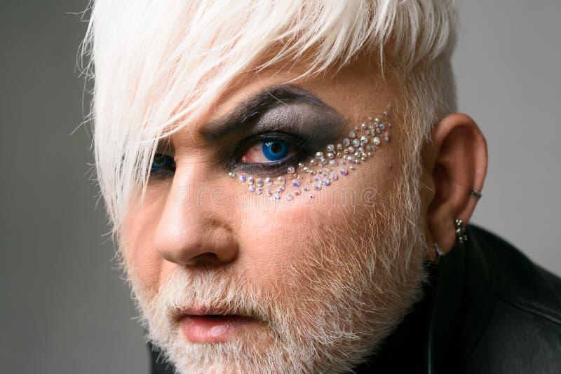 Biseksueel van nature, zonderling door keus Exotische hipstermens met manierkapsel De mannelijke make-up ziet eruit Gebaarde mens royalty-vrije stock fotografie