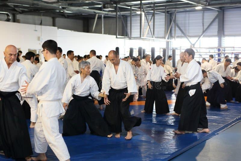 Bishkek Kirgizistan Maj 5, 2018 Seminarium på Aikido under vägledningen av den japanska förlagen Tomohiro Mori royaltyfria bilder