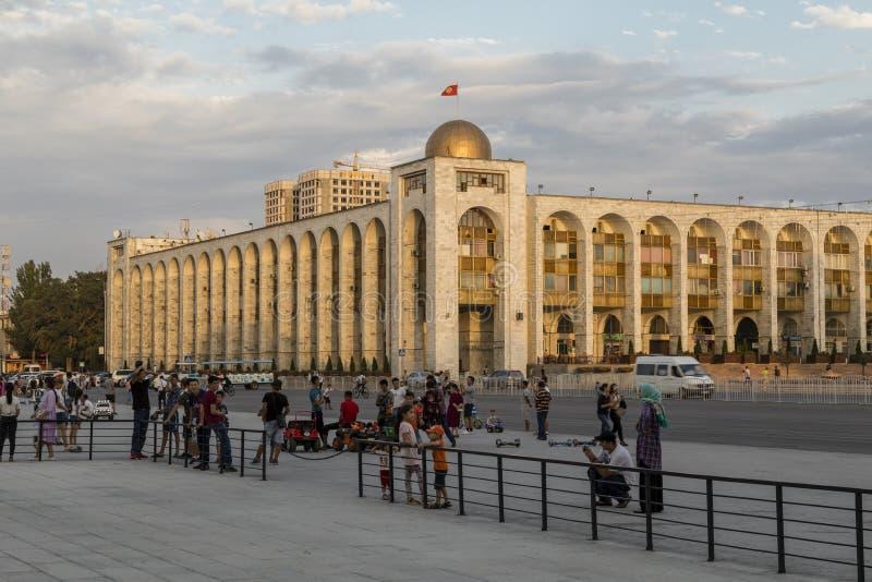 Bishkek, Kirguistán 9 de agosto de 2018: Edificio en estilo oriental al lado del cuadrado del ala-demasiado foto de archivo libre de regalías