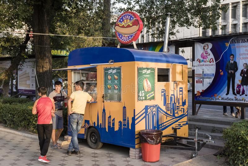 Bishkek, Kyrgyzstan 18 Augustus 2018: Cabine op het voetgebied van de verkopende Hotdogs van Bishkek stock foto's