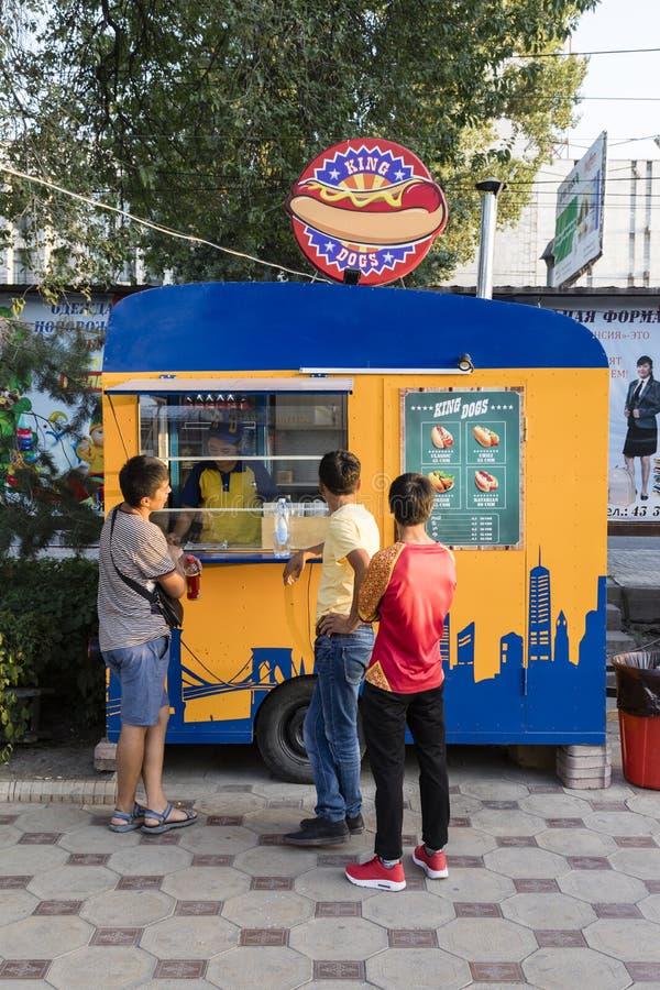Bishkek, Kyrgyzstan 18 Augustus 2018: Cabine op het voetgebied van de verkopende Hotdogs van Bishkek royalty-vrije stock afbeelding