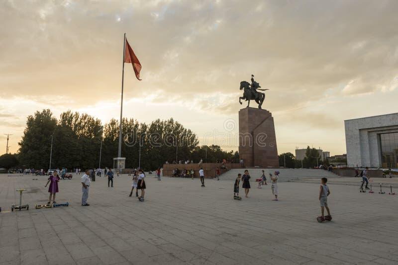 Bishkek, Kyrgyzstan 9 Augustus 2018: De ingezetenen van Bishkek komen bij zonsondergang in het vierkant voor het Historische Muse stock afbeelding
