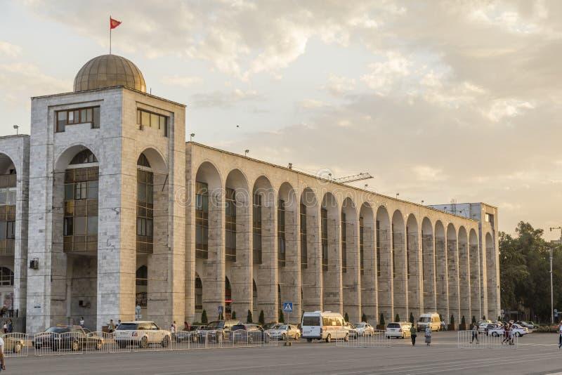 Bishkek, Kyrgyzstan 9 Augustus 2018: Het inbouwen van oosterse stijl naast ala-ook Vierkant stock afbeeldingen