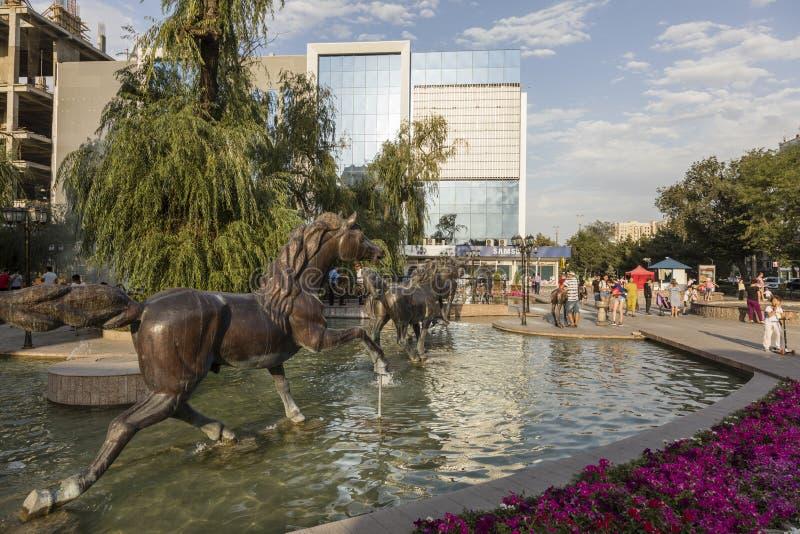 Bishkek, Quirguizistão 9 de agosto de 2018: Área pedestre com a fonte na cidade de Bishkek imagens de stock royalty free