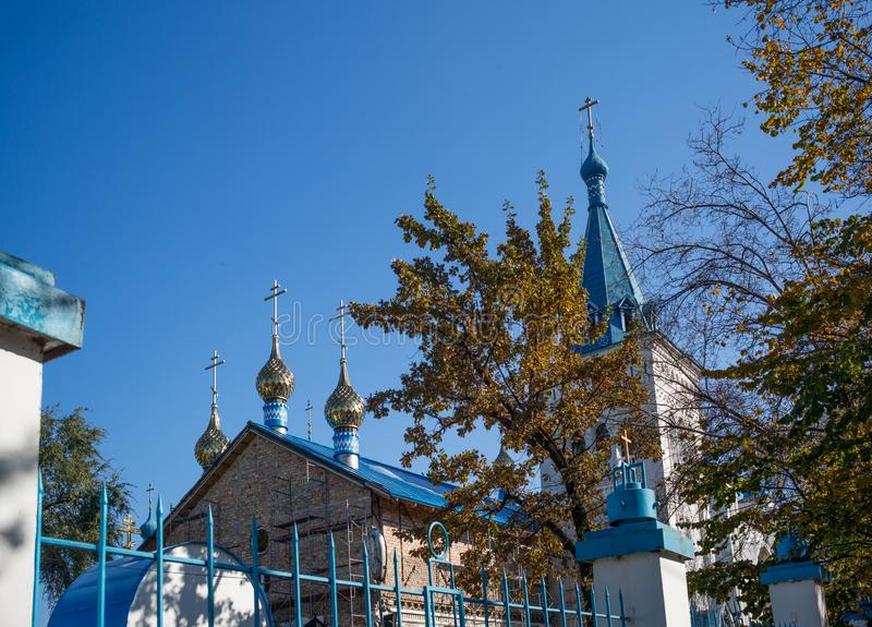 BISHKEK, QUIRGUIZISTÃO: Exterior da igreja ortodoxa do russo imagens de stock