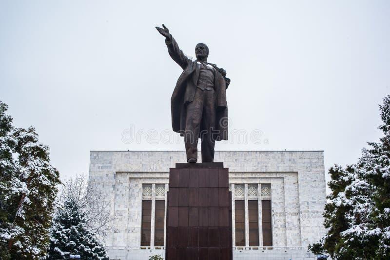 BISHKEK, QUIRGUIZISTÃO: Vladimir Lenin Statue localizou atrás do Museu Nacional fotografia de stock