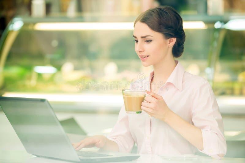 Bisinesswoman no café imagens de stock