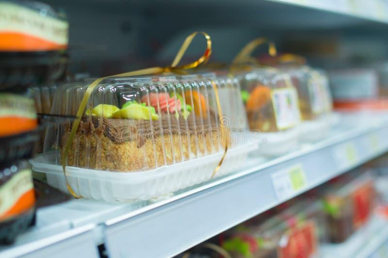 Biskuit caces auf Regalen im Supermarkt stockbilder