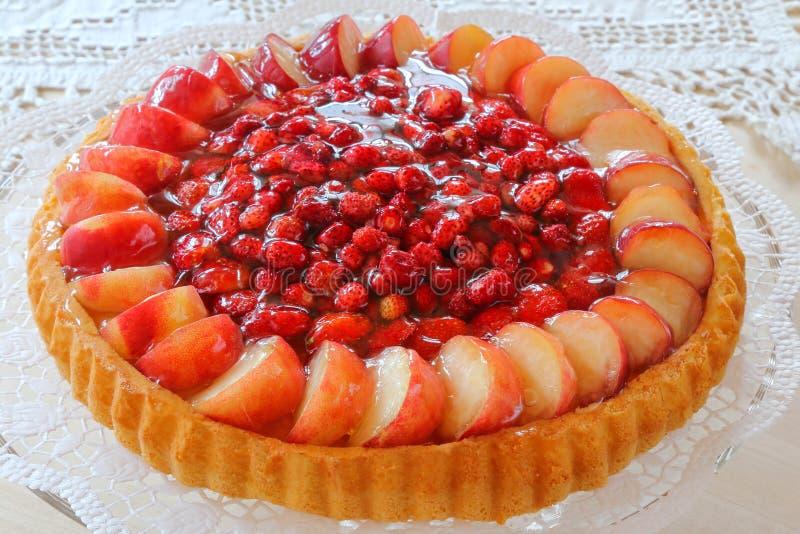 Biskuit clásico, galleta alemana, torta de esponja con la fruta imagen de archivo